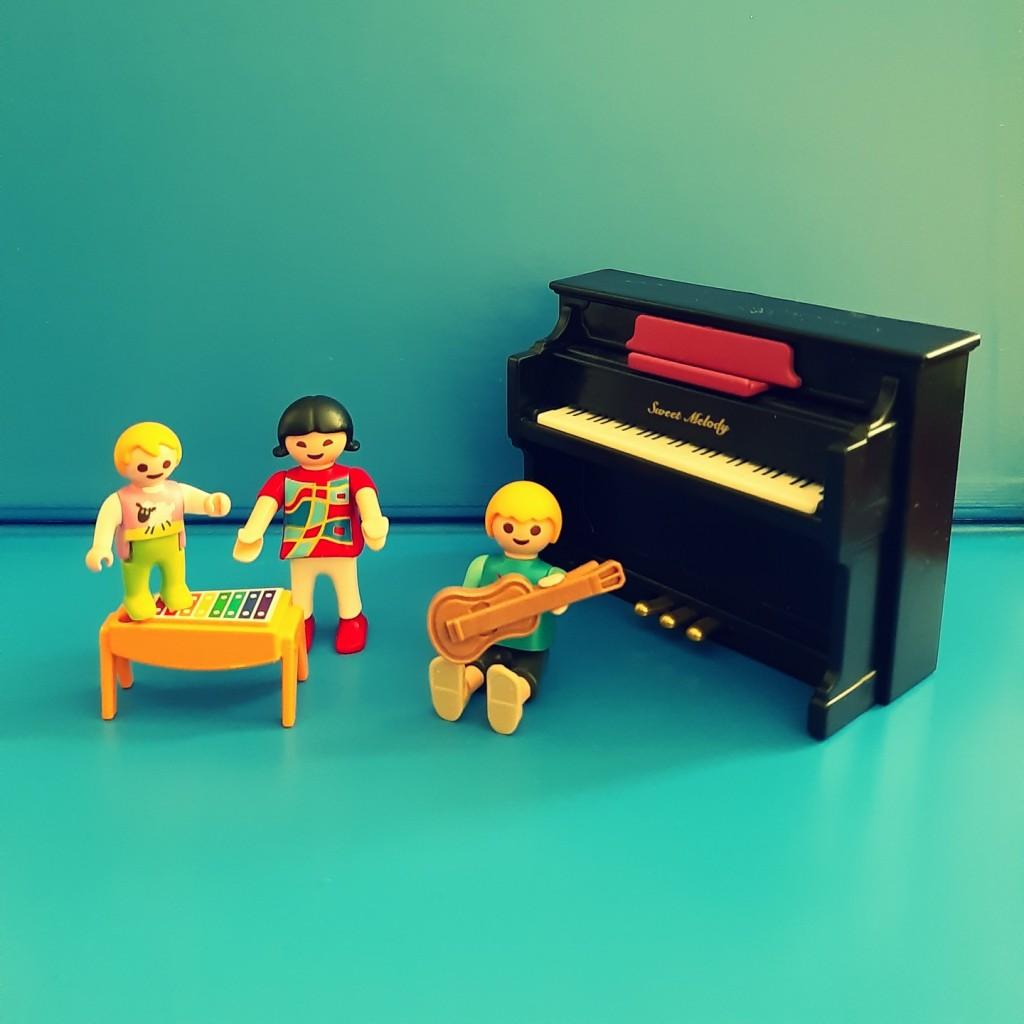 Una selección de canciones para jugar con música y hacer mçusica jugando.